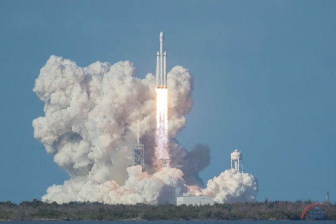 अमेरिकेच्या स्पेसएक्स SpaceX कंपनीने बुधवारी जगातील सर्वाधिक ताकदीच्या 'स्पेस एक्स फाल्कन हेवी' SpaceX Falcon Heavy या रॉकेटचे प्रक्षेपण केले.