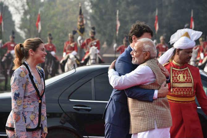 भारत दौऱ्यावर असलेले कॅनडाचे पंतप्रधान जस्टीन ट्रुडो यांनी राष्ट्रपती भवनाला भेट दिली. यावेळी पंतप्रधान नरेंद्र मोदी यांनी ट्रुडो आणि त्यांच्या परिवाराचं आपलं नेहमीप्रमाणे गळाभेट घेत स्वागत केलं.