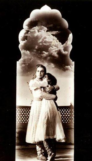 मुगल-ए-आझम मधील एका दृश्यात दिलीप कुमार आणि मधुबाला