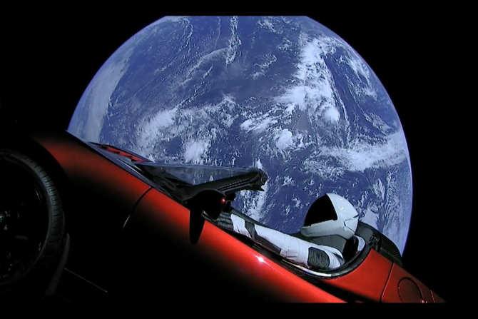 या रॉकेटसोबत एलन मस्कची स्पोर्ट्स कारही अवकाशात पाठवण्यात आली आहे. अवकाश क्षेत्रातील ही येत्या काळातील आव्हाने असतील.