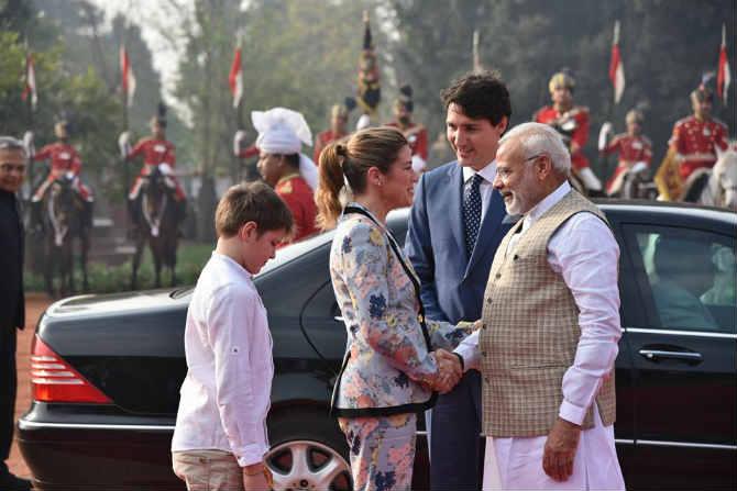 ट्रुडो परिवाराचं स्वागत करताना पंतप्रधान मोदींसोबत राष्ट्रपती रामनाथ कोविंदही हजर होते. यानंतर दोन्ही देशांमध्ये काही महत्वाच्या करारांवर चर्चा होणार आहे.