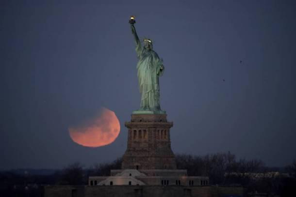 अमेरिकेतून टिपलेले 'सुपर-ब्ल्यू-ब्लड मून'चे छायाचित्र  (छाया सौजन्य : AP)