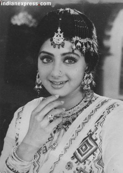 ज्युली या हिंदी सिनेमातही श्रीदेवीच झलक दिसली होती. पण ती या सिनेमात मुख्य भूमिकेत नव्हती. पुढे ९० च्या दशकात मात्र तिने हिंदी आणि दाक्षिणात्य सिनेसृष्टी गाजवली.