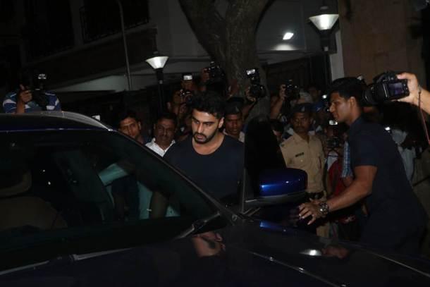 श्रीदेवी यांच्या मुलींचे सांत्वन करण्यासाठी अभिनेता अर्जुन कपूरसुद्धा आला होता. (छाया सौजन्य- Varinder Chawla)