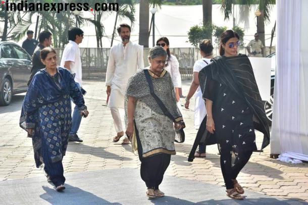 ज्येष्ठ अभिनेत्री सुलभा आर्या यांच्यासोबत तबू (फोटो सौजन्य- Varinder Chawla)