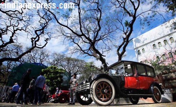लांबलचक 'रोल्स रॉईस'पासून जुन्या चित्रपटांमध्ये दिसणाऱ्या 'इम्पाला'पर्यंत आणि डौलदार राजहंसाच्या चिन्हाने लक्ष वेधून घेणाऱ्या 'पॅकार्ड'पासून 'लॅण्ड रोवर'पर्यंत दुर्मीळ मोटारगाडय़ा आणि दुचाकींनी रविवारी मुंबई आणि दिल्लीकरांच्या मनाचा ठाव घेतला.