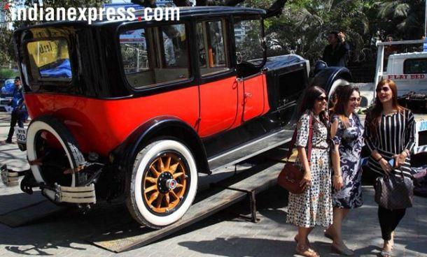 या रॅलीत विविधरंगी शानदार आणि आलिशान जुन्या गाडय़ा मुंबईच्या रस्त्यांवरून ऐटीत धावल्या.