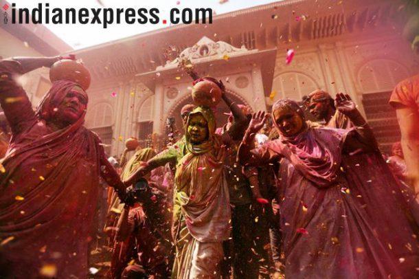 रंग उधळत आनंद व्यक्त करण्यासाठी हजारो विधवा शहरातील जुन्या श्रीकृष्णाच्या मंदिरात जमल्या होत्या. (छाया - गजेंद्र यादव)