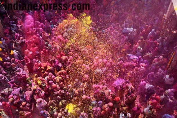 वृंदावनमधील गोपीनाथ मंदिरात गेल्या काही वर्षांपासून विधवांसाठी एक सामाजिक  संस्थेच्या वतीनं रंगपंचमीचं आयोजन करण्यात येतं. (छाया - गजेंद्र यादव)