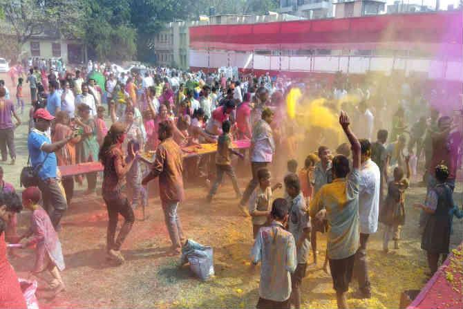 राज्य आणि देशभरात आज धुळवड मोठ्या उत्साहात साजरी केली जात आहे. महाराष्ट्रातला तरुण वर्गही यात कुठेही मागे नाहीये.