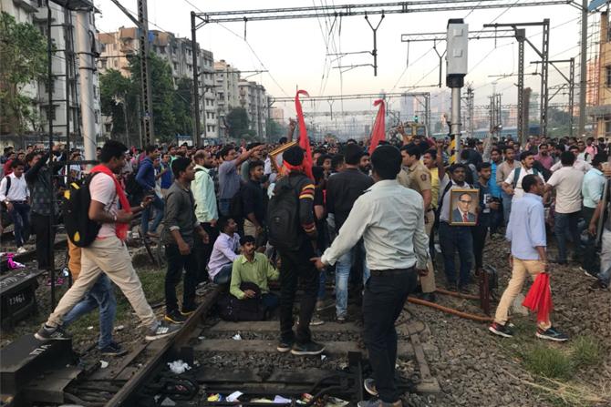 रेल रोकोचे वृत्त समजताच पोलिसांचे पथक घटनास्थळी पोहोचले. पोलिसांनी आंदोलक विद्यार्थ्यांशी चर्चा करण्याचा प्रयत्न केला.