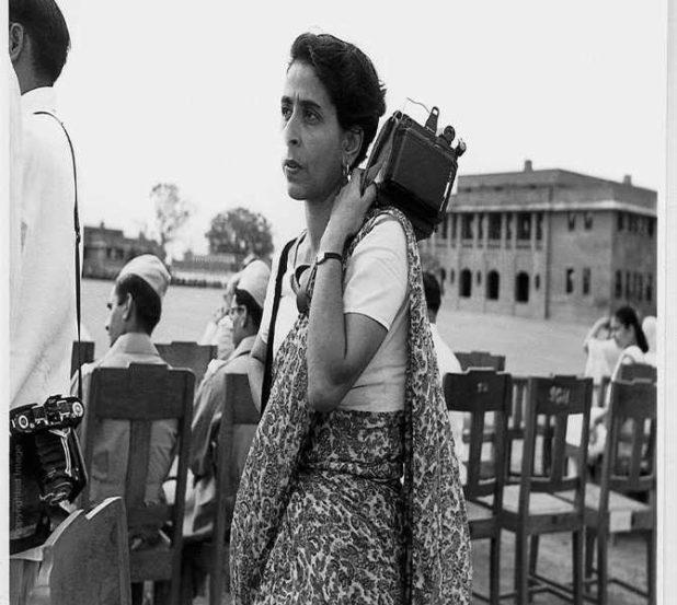 होमी वरारावाला - या पहिल्या भारतीय फोटो जर्नालिस्ट होत्या. साडी नेसून खांद्यावर कॅमेरा घेतलेला त्यांचा फोटो त्या काळाची प्रचिती देतो.
