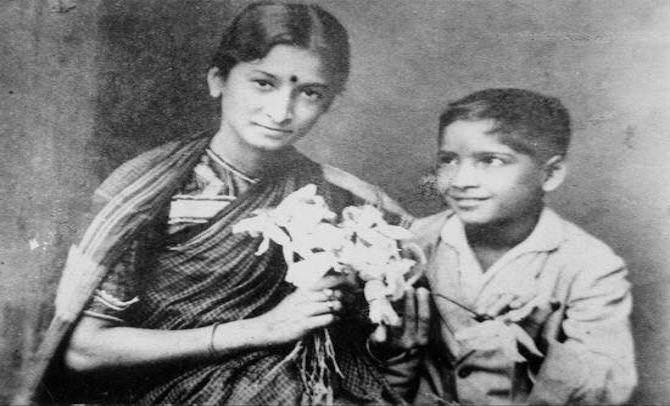 दुर्गाबाई कामत - चित्रपटात काम करणे हे आता महिलांसाठी काहीच कठिण नाही. दुर्गाबाई कामत या पहिल्या भारतीय महिला अभिनेत्री होत्या.