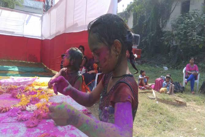 यावेळी होळी खेळताना ही चिमरुडी आपल्या भावविश्वात रमुन गेली होती. या ठिकाणी लहान मुलांसाठी खासकरुन पर्यावरणपूरक रंगांची सोय केली जाते.