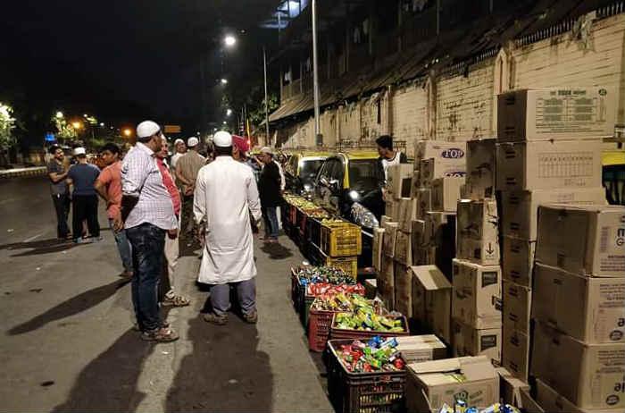मैलोंचा पायी प्रवास करुन आलेल्या या कष्टकऱ्यांसाठी कधीही न झोपणाऱ्या या मुंबई शहरातील नागरिकांनीसुद्धा आपल्या परिने मोर्चेकऱ्यांना पाणीवाटप, अल्पोपहार वाटप यांसारख्या सुविधा पुरवल्या.  (छाया सौजन्य- ट्विटर/ adiba)