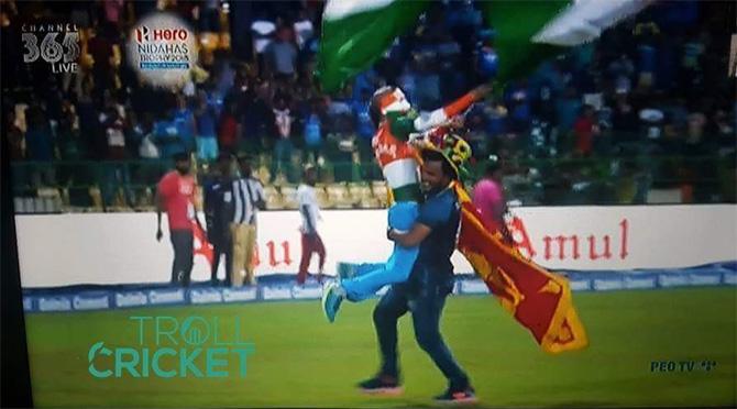 भारताच्या या विजयानंतर भारतीय संघाचा चाहता सुधीर याने तिरंगा घेऊन मैदानात धाव घेतली तेव्हा लंकन क्रिकेट चाहत्याने त्याला उचलून घेतले.