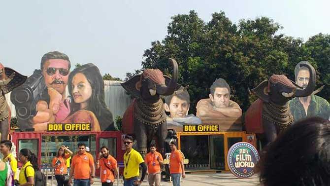 भारतीय चित्रपटसृष्टीने सजलेला हा बॉलिवूड थीमपार्क आता प्रेक्षकांसाठी खुले करण्यात आले आहे. लोकांसमोर सादर झालेली ही फिल्मीदुनिया सिनेचाहत्यांसाठी पर्वणी ठरणार आहे.