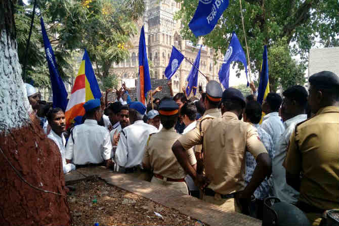 सरकार हमसे डरती है, पुलिस को आगे करती है!! अशाप्रकारे घोषणाबाजी करत भारिप कार्यरत्यांनी सीएसटीएम परिसर दणाणुन सोडला. या मोर्च्यामुळे दक्षिण मुंबई भागात काहीकाळ वाहतुकीची कोंडी झालेलीही पहायला मिळाली.
