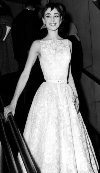 ऑड्री हेपबर्न या अभिनेत्रीचा १९५४च्या ऑस्कर पुरस्कार सोहळ्यातील फोटो