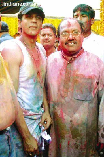 नेते अमर सिंह यांनी आयोजित केलेल्या होळी पार्टीतील शाहरुख खानचा फोटो