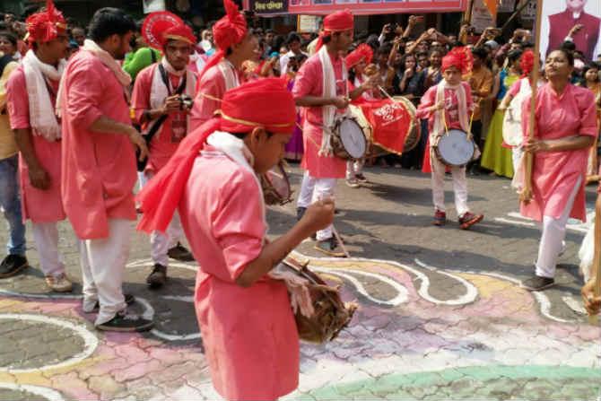 सांस्कृतिक नगरी म्हणून ओळखल्या जाणाऱ्या डोंबिवलीमध्ये पारंपारिक वेशभूषा परिधान करत तरुणाईने मोठ्या उत्साहात नववर्ष स्वागतयात्रेत सहभाग घेतला. (छाया- विश्वास पुरोहित)
