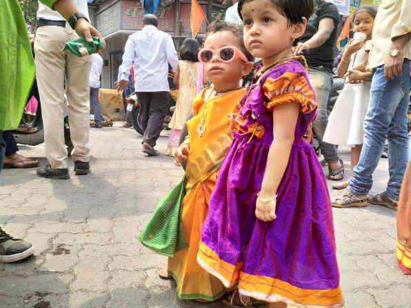 पारंपरिक वेशभुषेत शोभायात्रेत सहभागी झालेल्या चिमुकल्या मुली (छाया- विश्वास पुरोहित)