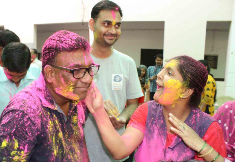 ठाणे येथील 'जिद्द' शाळेतल्या विद्यार्थ्यांसोबत भाऊने रंगांची उधळण केली. (छाया- दीपक जोशी)