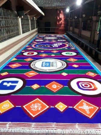 नववर्षाच्या स्वागतासाठी संस्कार भारतीच्या रांगोळी कलाकारांनी डोंबिवलीतील श्री गणेश मंदिर येथे ही महारांगोळी साकारली आहे.