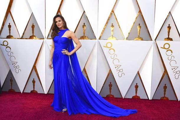 जेनिफर गार्नरचं सौंदर्य रॉयल ब्लू रंगातल्या वर्साचीच्या गाऊनमध्ये खुलून दिसत होतं.