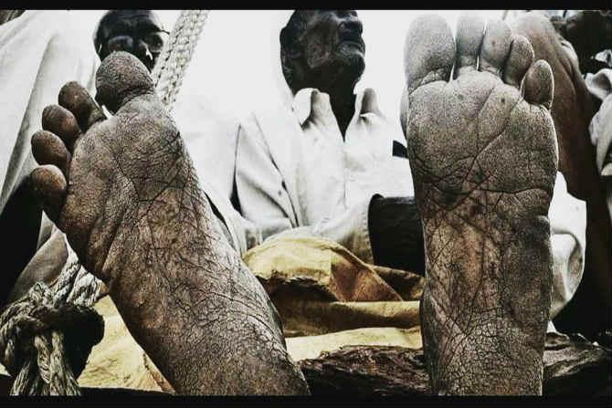 भेगा पडलेले, कष्ट करुन थकलेले आणि गरिबी, हतबलतेचं प्रतिबिंब असलेल्या पायांचे हे फोटो अनेकांनाच खडबडून जागं करुन गेले. (छाया सौजन्य- ट्विटर/ sujesh)
