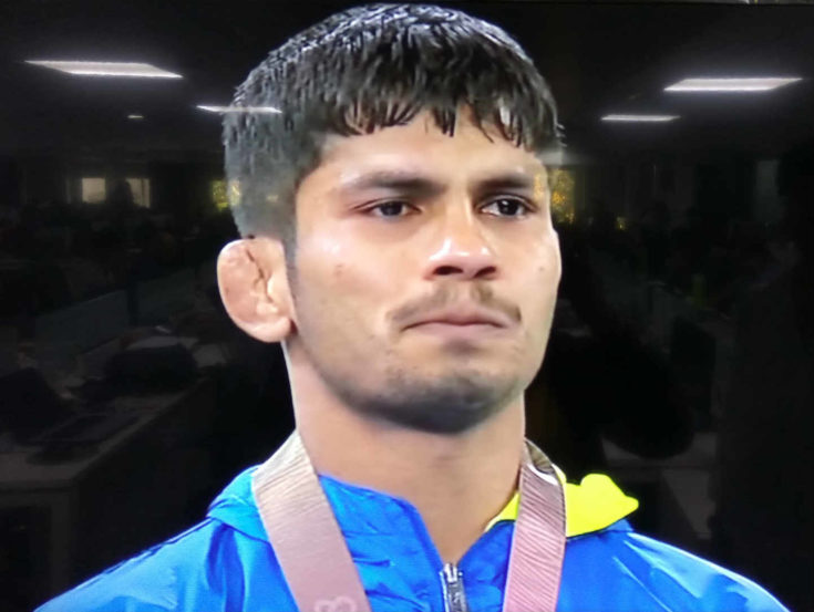 पदक स्वीकारतेवेळीसुद्धा राहुल भावूक झाल्याचं पाहायला मिळालं.
