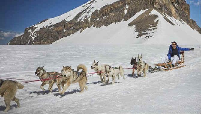 बर्फाच्छादित डोंगररांगांमधून त्या ठिकाणचं सौंजर्य न्याहाळणाऱ्या रणवीरचे फोटो हे सध्या अनेकांनाच ट्रॅव्हल गोल्स देत आहेत. (छाया सौजन्य- रणवीर सिंग/ इन्स्टाग्राम)