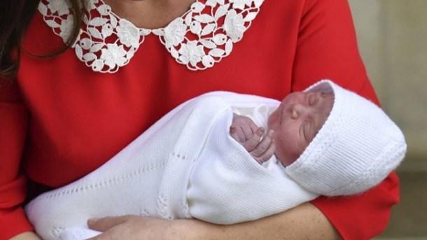 केट यांनी बालकाला जन्म दिल्यानंतर जवळपास सात तासांनी त्या सेंट मेरी रुग्णालयातून प्रिंस विलियम यांच्यासोबत माध्यमांसमोर आल्या. (Source: AP)