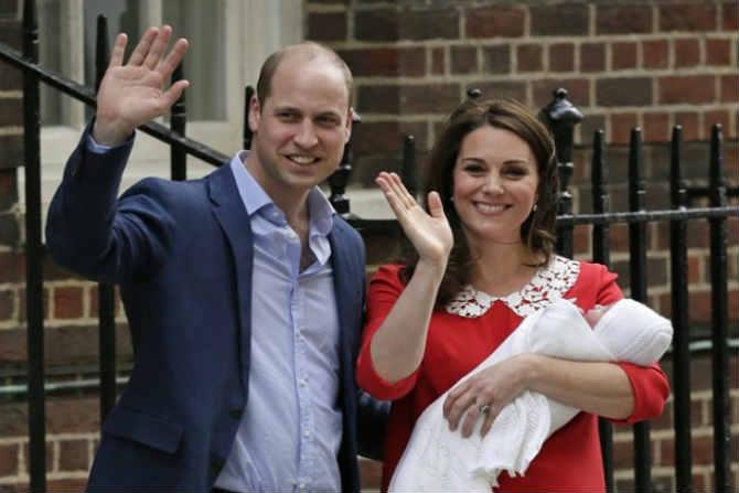 ब्रिटनच्या राजघराण्यात सध्या मेगन मार्कल आणि प्रिंस हॅरी यांच्या लग्नाच्या चर्चांसोबतच आणखी एक आनंदाची लहर पाहायला मिळत आहे. त्या आनंदाचं निमित्त ठरलाय तो म्हणजे या राजघराण्यात आलेला नवा पाहुणा. डचेस ऑफ केंब्रिज म्हणजेच केट मिडलटन यांनी सोमवारी पुत्ररत्नाला जन्म दिला. केट आणि प्रिंस विलियमचं हे तिसरं अपत्य आहे. (Source: AP)