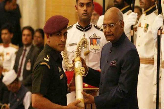 क्रिकेटर महेंद्रसिंह धोनीला सोमवारी राष्ट्रपती भवन येथे पार पडलेल्या एका दिमाखदार सोहळ्यात राष्ट्रपती रामनाथ कोविंद यांच्या हस्ते पद्मभूषण पुरस्काराने गौरवण्यात आलं.