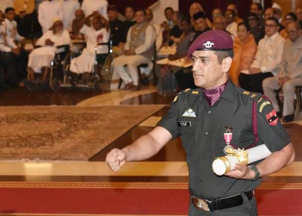 सात वर्षांपूर्वी ज्या दिवशी धोनीच्या नेतृत्वाखाली भारतीय क्रिकेट संघाने विश्वचषक जिंकला होता त्या दिवशी पुन्हा एकदा त्याच्या शिरपेचात मानाचा तुरा रोवला गेला. (छाया - Amit Mehra)