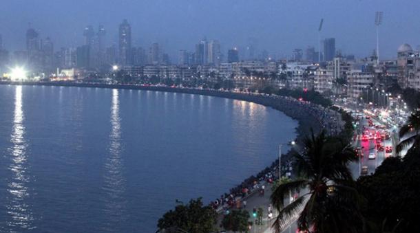 मुंबई- शहरी धकाधकीचा कितीही त्रास झाला तरीही मुंबई ही स्वप्ननगरी एकदातरी जवळून पाहण्याची इच्छा अनेकांच्याच मनात घर करुन असते. कधीही न थकणाऱ्या आणि असंख्य लोकांना आपलंसं करणाऱ्या या शहराची बात काही औरच. (छाया सौजन्य- Prashant Nadkar)