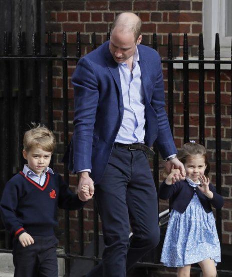 आपल्या आईची भेट घेण्यासाठी प्रिंस विलियम आणि केट यांची दोन मुलंही आली होती. (Source: AP)