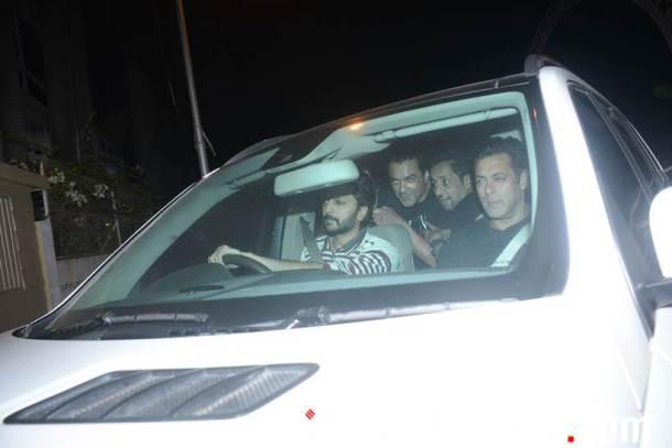 पार्टीतून निघतेवेळी सलमान खान, बॉबी देओल आणि रितेश देशमुख यांना एकत्र पाहिलं गेलं. (छाया- Varinder Chawla)