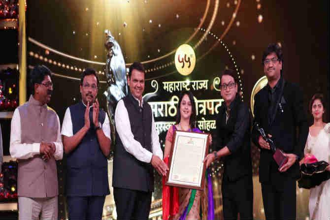 चित्रपती व्ही शांताराम विशेष योगदान पुरस्कार अभिनेत्री मृणाल कुलकर्णी यांना  सुप्रसिध्द संगीतकार अजय अतुल यांच्या हस्ते प्रदान करण्यात आला.