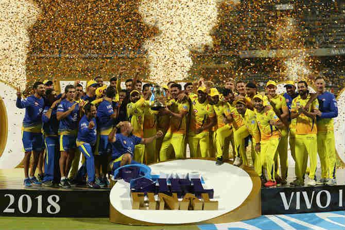 अकराव्या हंगमाच्या विजेतेपदाची ट्रॉफीसोबत जल्लोष करणारा चेन्नईचा संघ. चेन्नईचं आयपीएलमधलं हे तिसरं विजेतेपद ठरलं आहे.
