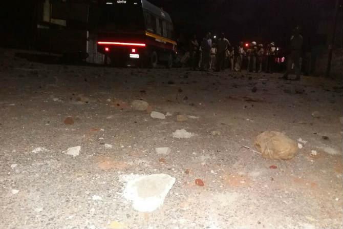 दगडफेकीत २५ हून अधिक जखमी झाले असून यात परिसरातील अनेक दुकानांचे नुकसान झाले आहे.
