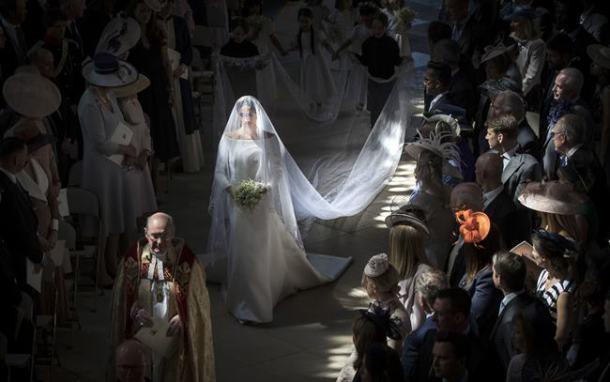 ब्रिटनचा राजकुमार हॅरी आणि मेगन मार्कल शनिवारी विवाहबद्ध झाले. सेंट जॉर्ज चॅपेलमध्ये हा शाही विवाहसोहळा पार पडला. या विवाहसोहळ्याकडे संपूर्ण जगाचं लक्ष लागून राहिलं होतं.