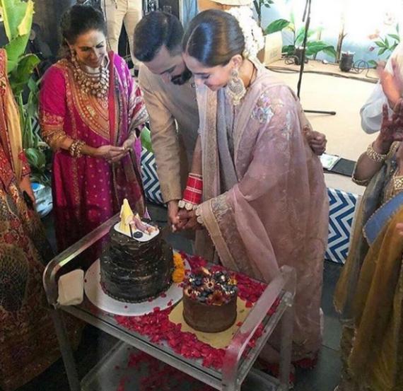 पारंपरिक पद्धतीने विवाहसोहळा पार पडल्यानंतर सोनम आणि आनंदने केक कापून नव्या प्रवासाला सुरुवात केली. (छाया सौजन्य- इन्स्टाग्राम)