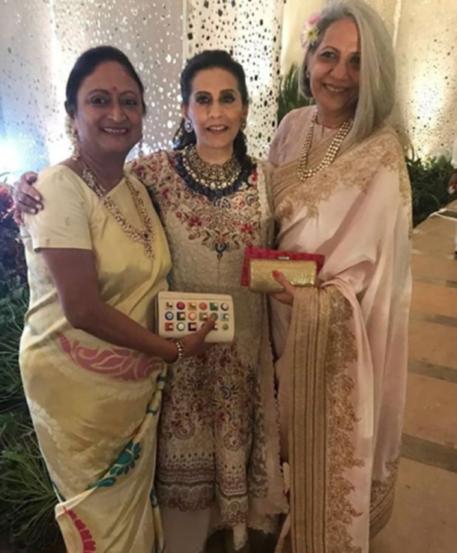 पाहुण्यांसोबत सोनमची आई सुनिता कपूर