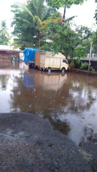 पुढच्या १२ तासात मुंबईत मुसळधार पाऊस कोसळण्याचा अंदाज स्कायमेटनं वर्तवला आहे. त्यामुळे मुंबईकरांना आणखी अडचणींचा सामना करावा लागणार आहे.