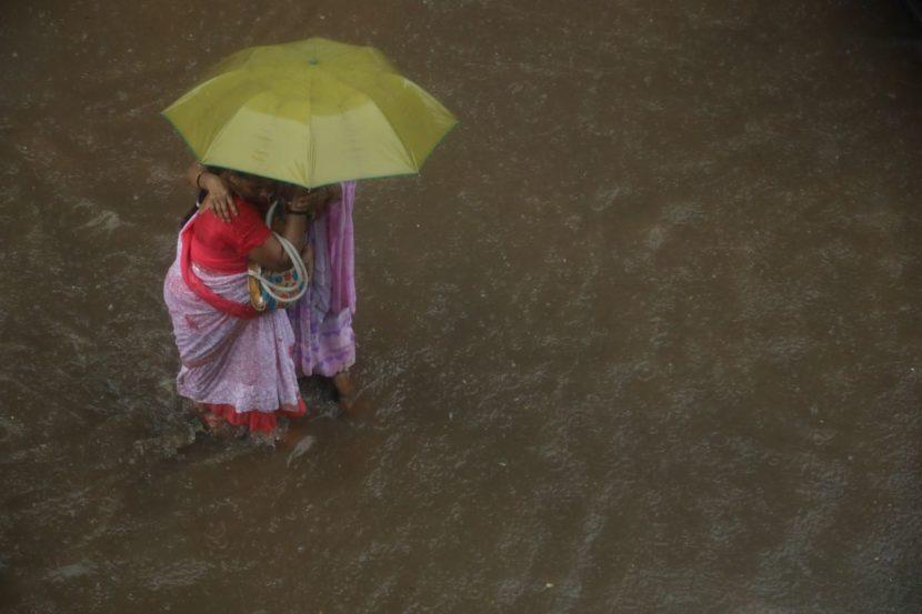 हवामान खात्याने दिलेल्या इशाऱ्यानुसार मुंबई, ठाणे आणि राज्याच्या काही भागांमध्ये मान्सूनचं आगमन झालं आहे. दक्षिण मुंबईसह पूर्व आणि पश्चिम उपनगरांमध्ये पावसाने बऱ्यापैकी जोर धरला आहे. (फोटो- निर्मल हरिंद्रन)