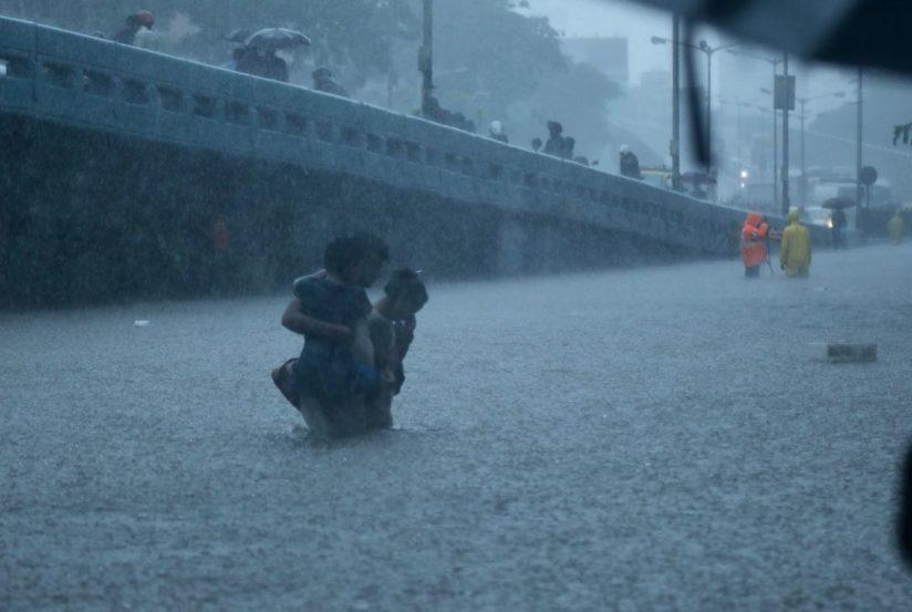 या भागातील रस्ते जलमय झाल्याने मुंबईकरांना तुंबलेल्या पाण्यातूनच मार्ग काढत घर गाठावं लागलं. (फोटो- निर्मल हरिंद्रन)
