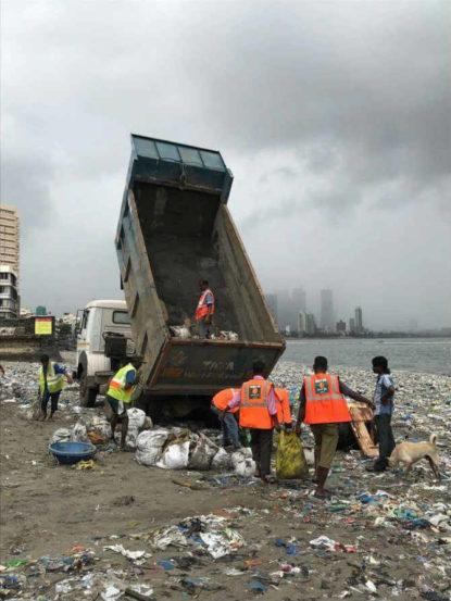 हीच वाताहात टाळण्यासाठी आपल्या वतीने खारीचा वाटा उचलत रबिता तिवारी आणि इंद्रनील सेनगुप्ता यांनी एक महत्त्वाची मोहिम सुरु केली. (छाया सौजन्य- Mahim Beach Clean Up)