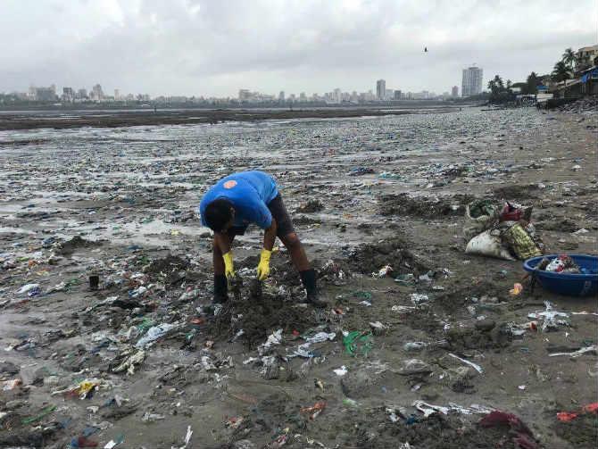 आठवडाअखेर सहसा मुंबईबाहेर जात निवांत क्षण व्यतीत करण्यापेक्षा त्यांनी प्राथमिक स्तरावर माहिमच्या समुद्रकिनाऱ्यावर येत स्वच्छता मोहिम सुरु केली. ज्यामध्ये त्यांना तरुणाईची चांगलीच साथ लाभली. (छाया सौजन्य- Mahim Beach Clean Up)